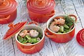Dicke Bohnen mit Garnelen und Fenchel in roten Ofenformen