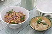 Kichererbsen-Salat mit Zwiebeln und Minze, daneben Kichererbsen-Dip