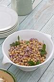 Kichererbsen-Salat mit Zwiebeln und Minze