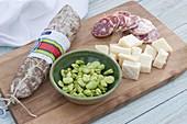 Italienische Salami und Pecorino als Vorspeise