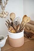 Küchengeräte - verschiedene Holzlöffel, Gabeln und Wender