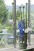 Modernes Gesteck in Glas : Delphinium (Rittersporn), Cosmos