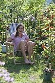 Frau geniesst den Sommer im Garten