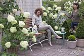 Sitzplatz auf Terrasse mit weissen Blüten