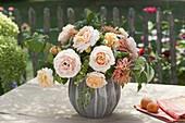 Apricotfarbener Strauss aus Rosa (Rosen, Hagebutten), Zinnia (Zinnien