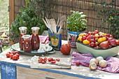 Arbeitsplatz frisch gepflueckten und geschnittenen Tomaten (Lycopersicon)