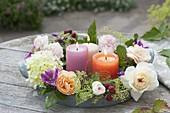 Bluetenkranz mit Kerzen auf Zink-Tablett