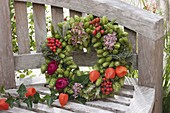 Hopfenkranz mit Wildfruechten und Blüten