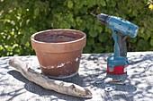 Ampel aus Tontopf und Treibholz bauen