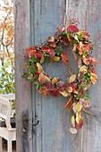 Herz mit Herbstlaub als Türkranz