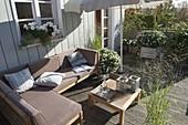 Sommerdeck mit Lounge-Ecke und Sonnenschirm