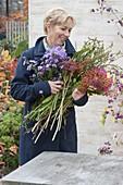 Montbretien-Rückschnitt in Herbststrauss verwenden