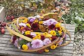 Gesteckter Kranz aus Chrysanthemum (Herbstchrysanthemen)