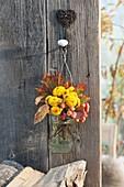 Kleiner Strauss aus Chrysanthemum (Herbstchrysanthemen), Herbstlaub