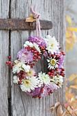 Kleiner Herbstkranz aus Chrysanthemum (Herbstchrysanthemen), Rosa