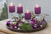 Ungewoehnlicher Adventskranz mit Kerzen auf umgedrehten Gläsern