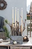 Ungewöhnliche Adventsdeko mit weissen Kerzen