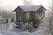 Teehaus im verschneiten Garten