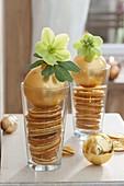 Christbaumkugeln als Vasen zweckentfremdet mit grünen Blüten