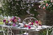 Nostalgische Tischdeko mit Rosen und Frauenmantel