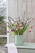 Strauss aus Tulipa (Tulpen) und Zweigen von Salix (Kätzchenweide)