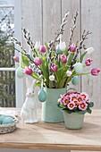 Oster - Strauss aus Tulipa (Tulpen) , Zweigen von Salix (Kätzchenweide)