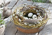 Tonschale mit Kranz aus Salix (Weide, Kätzchenweide) und Federn