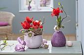 Kleine Osterdeko mit Tulipa (Tulpen), Helleborus orientalis