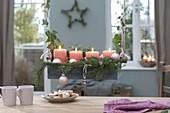 Zinkkasten als hängender Adventskranz über dem Tisch