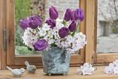 Kleiner Strauss mit Tulipa 'Purple Prince' (Tulpen) und Zweigen von Prunus