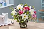 Bunter Strauss aus Tulipa (Tulpen), Narcissus (Narzissen), Myosotis