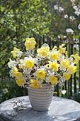 Weiss-gelber Strauss aus Narcissus (Narzissen) und Zweigen