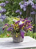 Laendlicher Duftstrauss aus Syringa (Flieder), Ranunculus acris