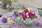 Strauss und Blüten von duftenden Rosa (Rosen) und Matricaria