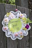 Rosette aus Tortenspitze lädt ein zum Sommerfest