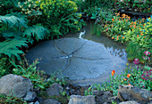 CIRCULAR STONE Water Feature IN THE DAILY TELEGRAPH / AMERICAN EXPRESS GARDEN. DES: Sarah RAVEN. CHELSEA