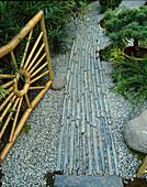 Japanischer Garten mit Bambustor, Kiesweg