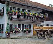 Oberbayerisches Haus mit Balkonschmuck