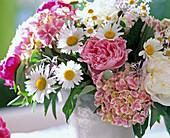 Strauß aus Margeriten, Pfingstrosen, Hortensie und Flockenblumen
