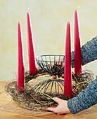 Adventskranz binden. 3. Step: Fertiges Gerüst mit den Kerzen auf das Gefäß legen