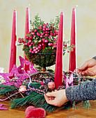Adventskranz binden. 5. Step: Zum Schluß den Kranz mit verschiedenen weihnachtl.