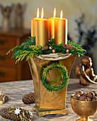 Adventsgesteck: Kerzen in hohes Gefäß mit Steckschwamm