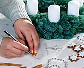 Adventskranz aus Nobilistannenzweigen binden. 4. Step: Sterne aus Pergamentpapie