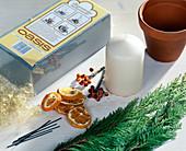 Kerzendekoration: Tontopf, getrocknete Orangenscheiben, Dekobeeren, Engelshaar,