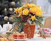 Adventsstrauß aus Rosen, Kiefernzweigen, Zapfen und Dattelzweigen