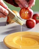 Äpfel für Frostoptik zuckern - Apfel mit Eiweiß einpinseln