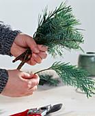 Weihnachtsstrauß binden: 1. Step. Kiefern-, Tannen-, Zypressenzweige zusammenbin