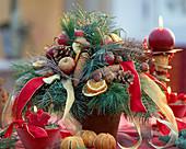 Adventsstrauß mit Seidenkiefer, Tannenzweige, Zapfen, Äpfel, Orangenscheiben und