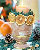 Kerzendekoration: Tontopf mit getrockneten Orangenscheiben beklebt und mit Zweig