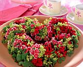 Sommerkranz aus Steckmasse in Herzform mit Dianthus